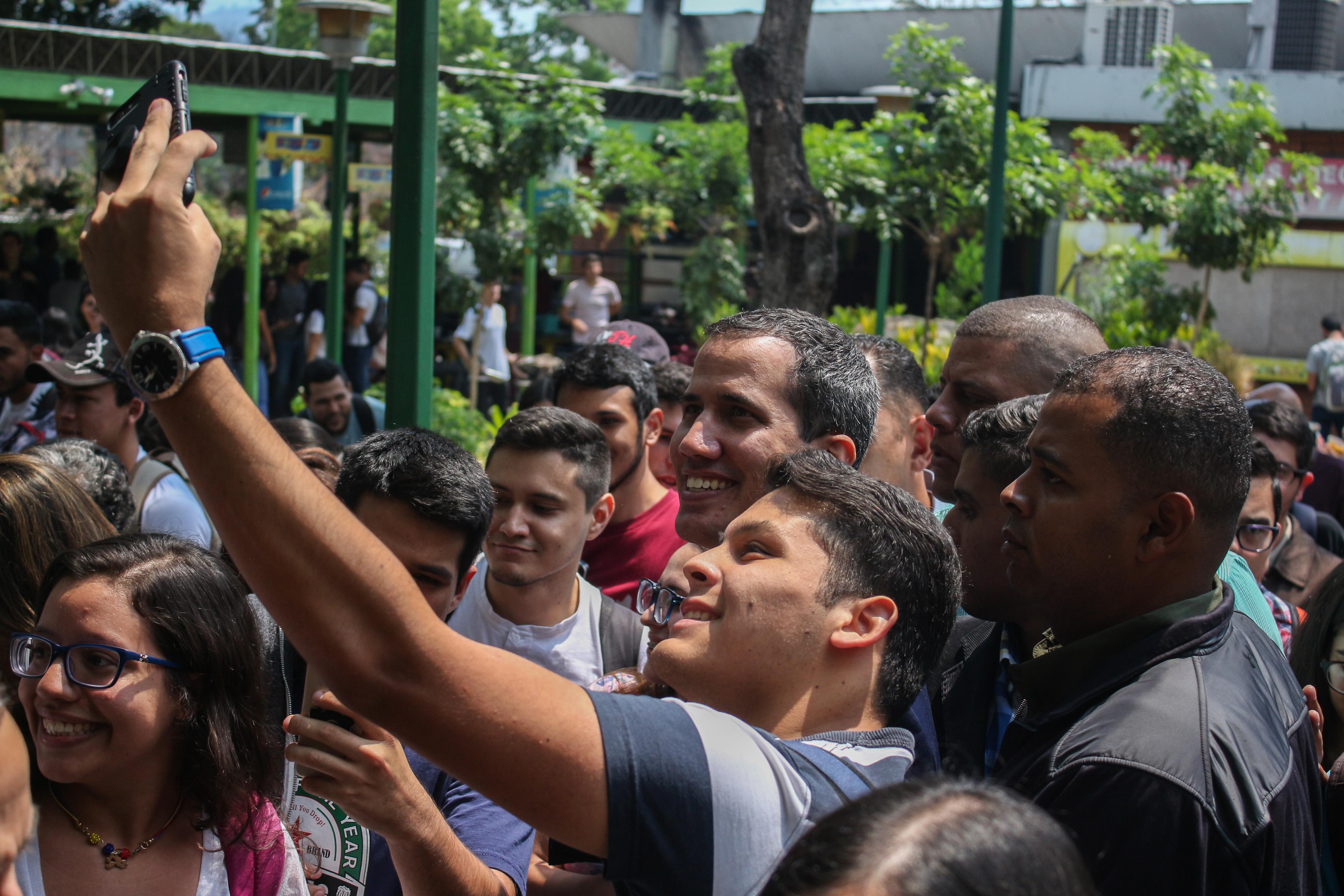 Guaidó-y-estudiantes-UCAB-11-abril-2019-1
