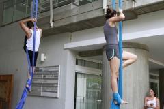 Un grupo de jovenes ensayan acrobacias con telas en el edificio Cincuentenario de la UCAB. Fotografia: Oswer Diaz Mireles. Fecha:26092016.