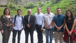El rector con parte del equipo de promotores de Vive el Barrio.