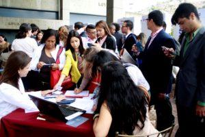 A las puertas del Aula Magna, escritorios y estudiantes y profesores hacen contacto.