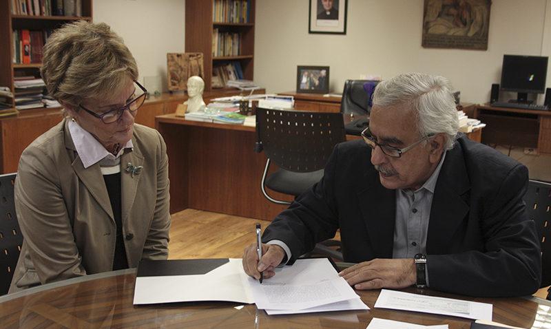 Asociación de Egresados entrega aporte para becas