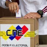 """CAR114 CARACAS (VENEZUELA), 14/04/2013 El candidato presidencial venezolano de la oposición, Henrique Capriles, da una rueda de prensa luego de votar hoy, domingo 14 de abril de 2013, en Caracas (Venezuela). Capriles llamó a sus seguidores a salir a votar en """"avalancha"""" en lo que queda de jornada electoral y a que denuncien los """"atropellos"""", tras señalar que """"hoy gana Venezuela"""". Los venezolanos eligen hoy a su nuevo presidente en unos comicios convocados tras el fallecimiento en marzo pasado de Hugo Chávez y en los que se medirán su sucesor, Nicolás Maduro, y el líder opositor, Henrique Capriles. EFE/MIGUEL GUTIERREZ"""