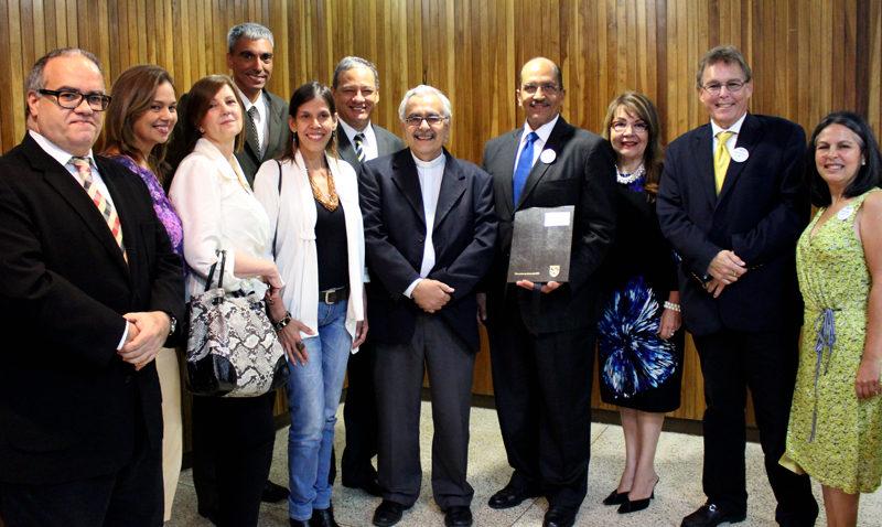 Egresados UCAB realizaron donativo para becas