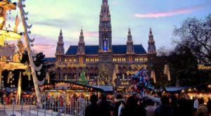 mercatino-di-natale-della-piazza-del-municipio-wiener-christkindlmarkt-am-rathausplatz-vienna-austria-autore-marco-aldeia-licensed-under-the-creative-commons-attribution-share-alike-60