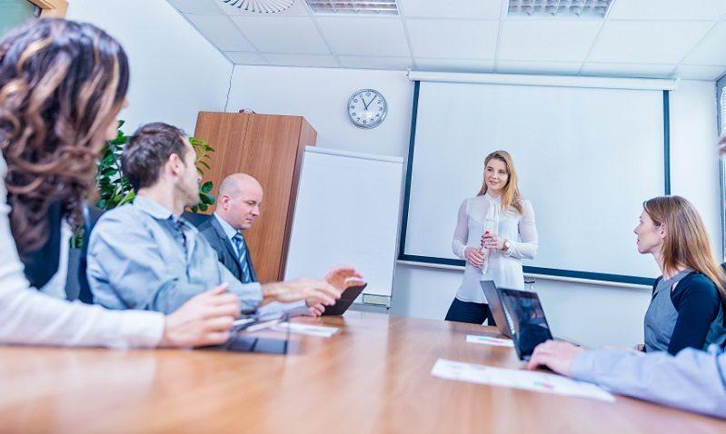 Convocan a profesores ucabistas a participar en conversatorios en inglés