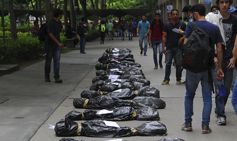 Con bolsas negras, los ucabistas repudiaron muertes en protestas