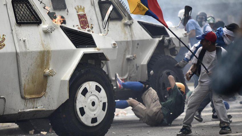 Egresados universitarios repudian violaciones de derechos humanos