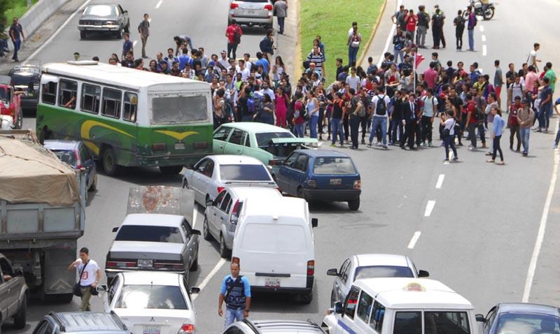 Ucabistas trancaron la autopista exigiendo liberación de estudiantes