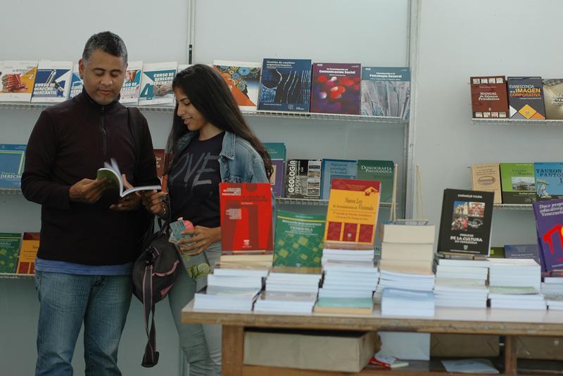 Como antídoto contra el pesimismo, comenzó 2da. Feria del libro de la UCAB