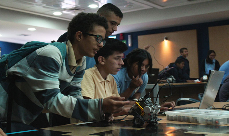 Más de 150 adolescentes aprendieron de robótica en la UCAB