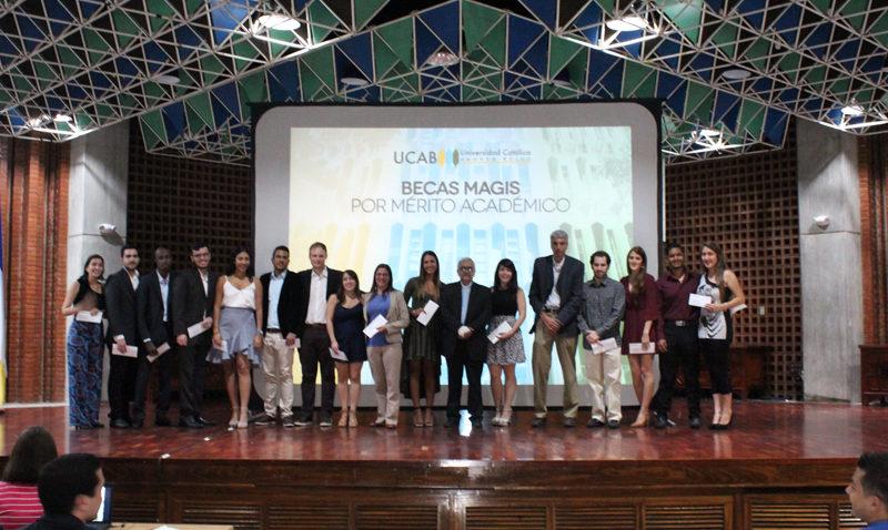 La UCAB y la Dirección de Egresados entregaron becas por mérito académico