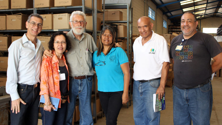La UCAB donó más de 200 libros a la Escuela de Comunicación Social de la UCV