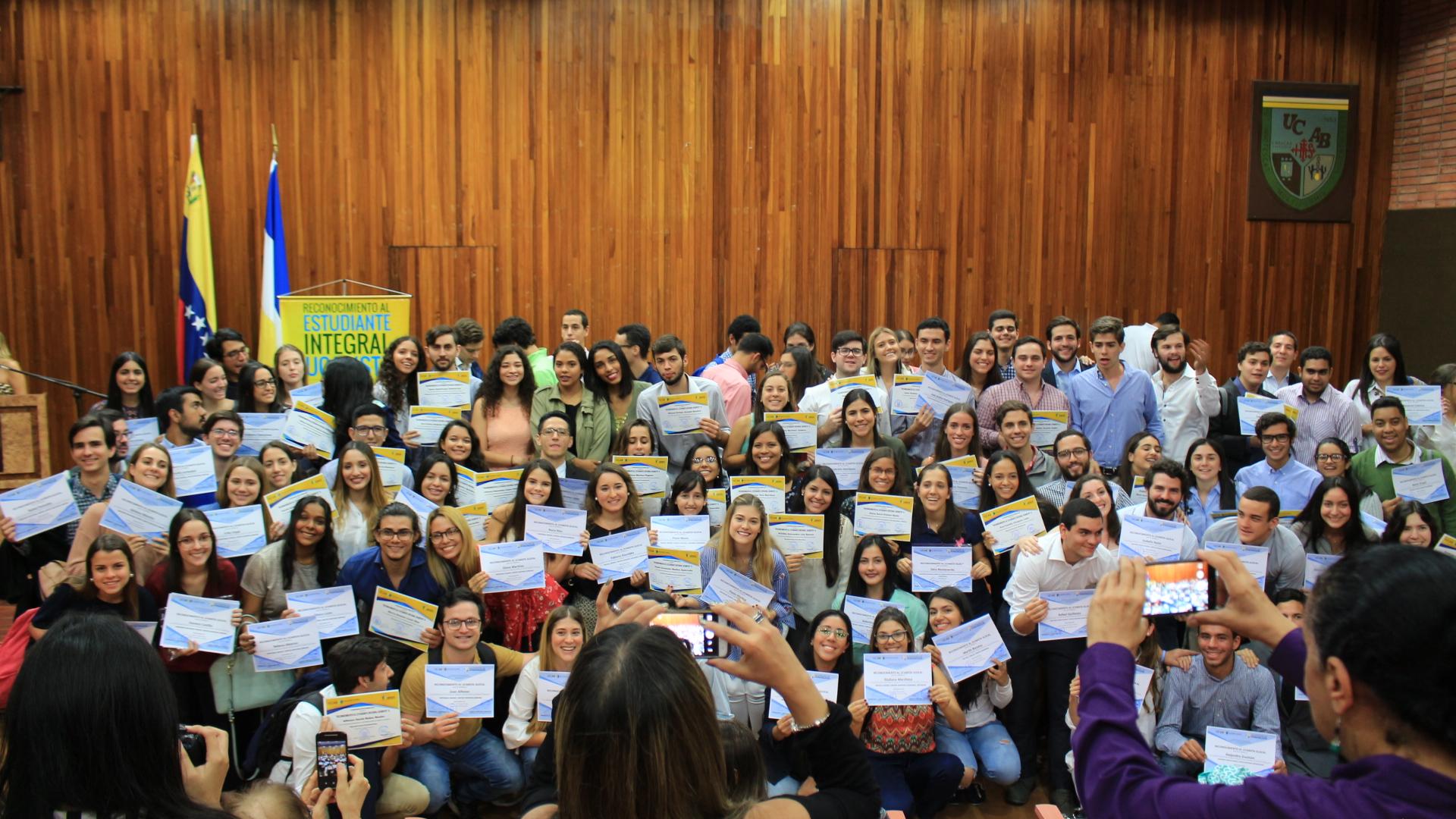 Estudiantes recibieron reconocimientos por su desempeño extracurricular