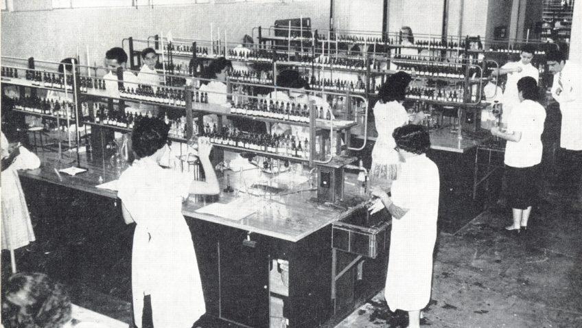#TBTUCAB: La universidad tuvo Facultad de Farmacia