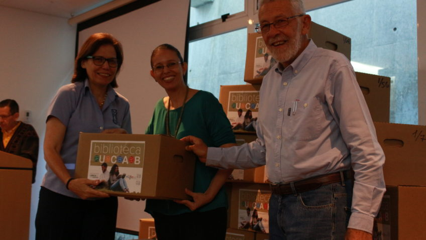 La UCAB donó libros educativos a 120 escuelas de Caracas