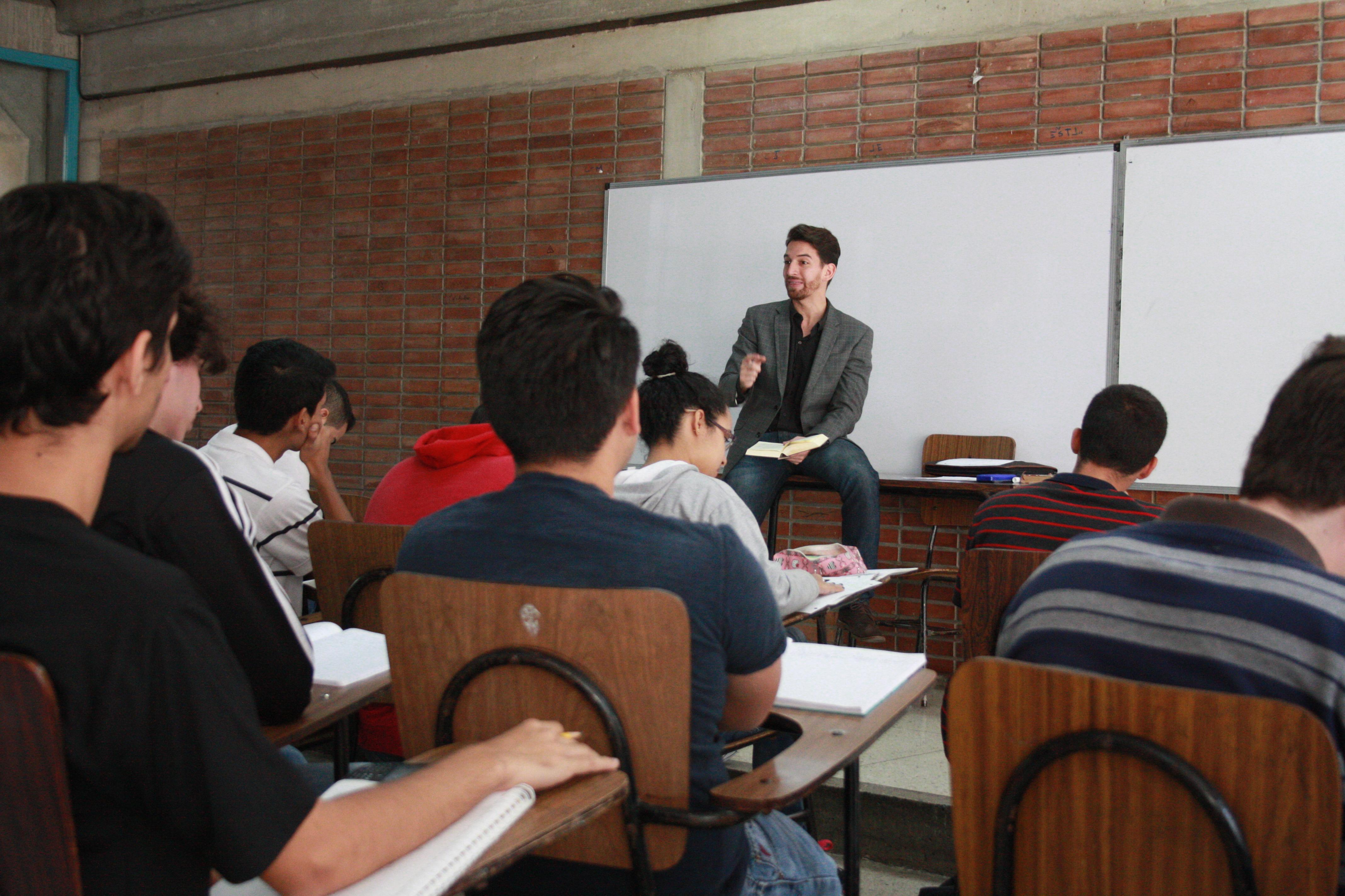 Escuela de Educación ofrece becas a profesionales que quieran formarse como docentes