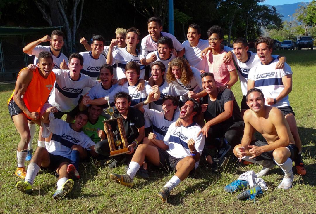 Equipo de fútbol masculino de la UCAB ganó torneo distrital
