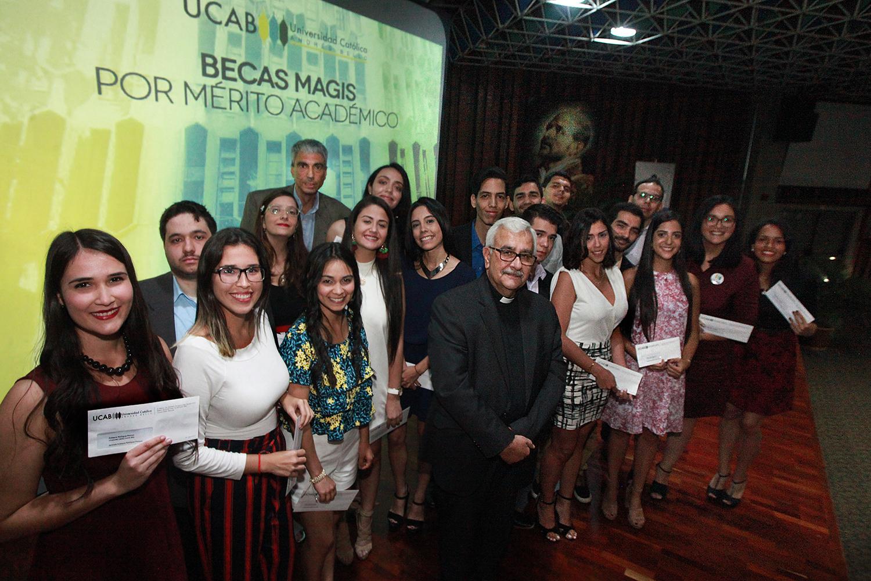 Graduandos destacados recibieron becas de postgrado
