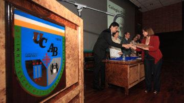 Escuela de Educación premió la excelencia de casi 70 docentes de todo el país