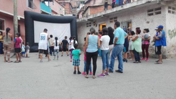 Ucabistas llevan cine y convivencia a niños caraqueños