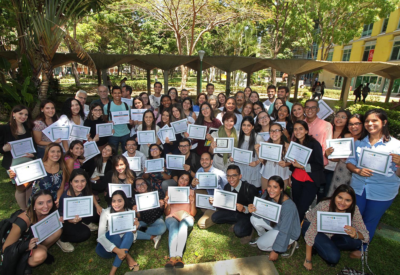 Escuela de Ciencias Sociales premió la excelencia de sus miembros