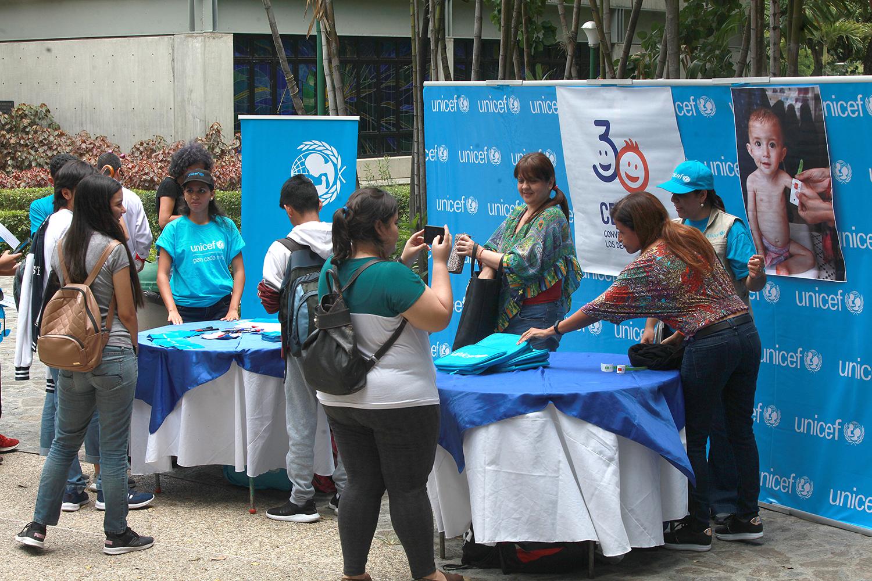 Estudiantes ucabistas participaron en exposición de UNICEF sobre derechos de los niños