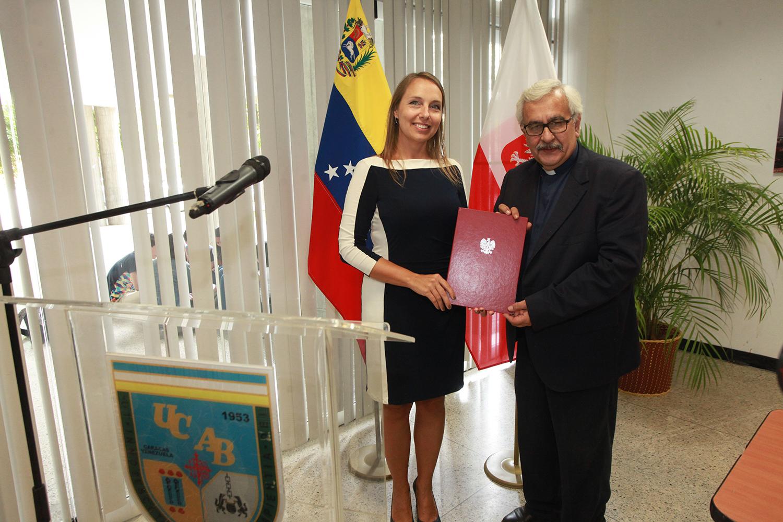 La UCAB y la Embajada de Polonia firmaron convenio de cooperación