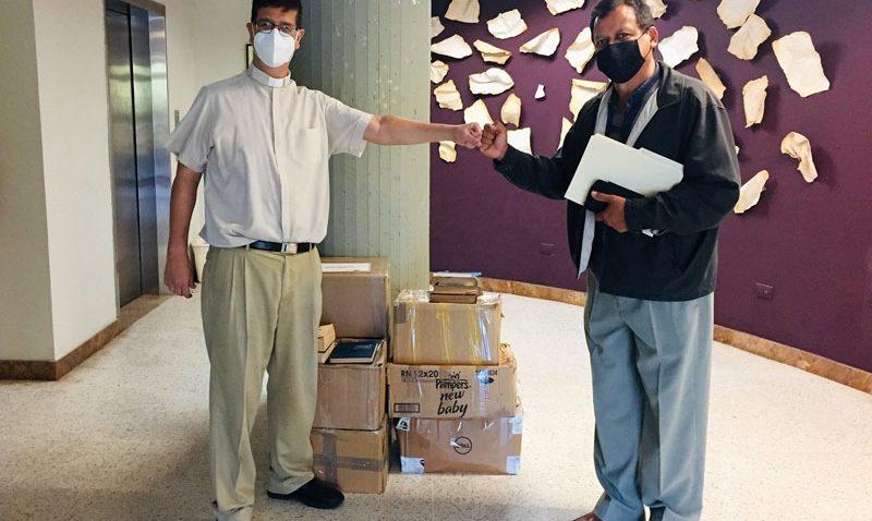 Más de 200 libros donó UCAB Guayana para la reconstrucción de la biblioteca de la UDO